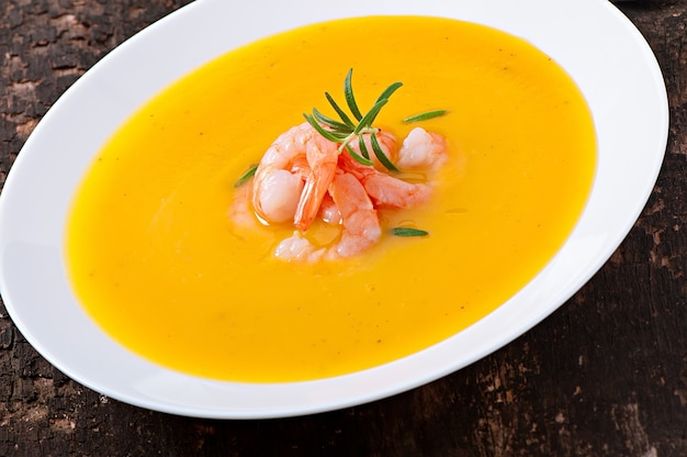 Sopa de calabaza con camarones y romero Foto gratis