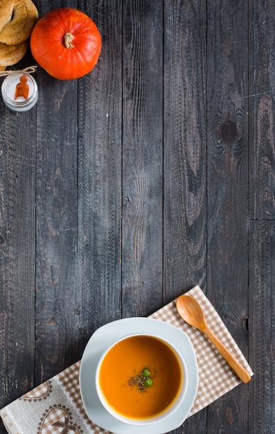 Sopa de calabaza casera en el espacio libre de fondo de madera rústica para texto. Foto Premium