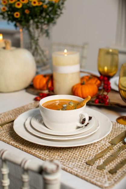 Sopa de calabaza sobre la mesa Foto gratis