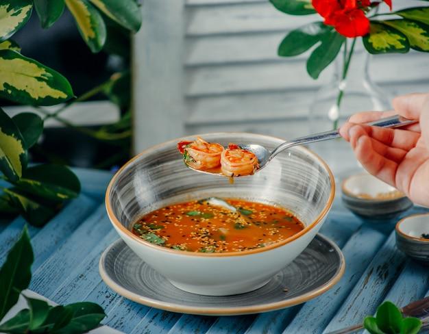 Sopa de camarones en la mesa Foto gratis