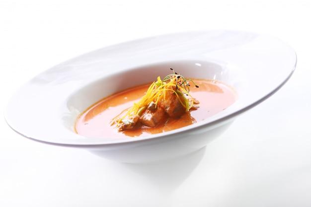 Sopa gourmet fresca con carne Foto gratis