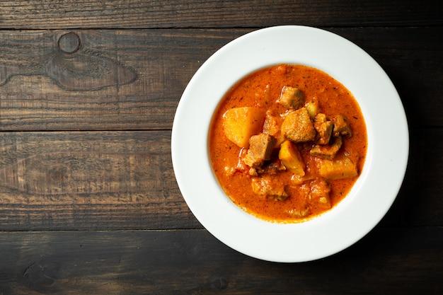 Sopa de gulash en madera. Foto gratis