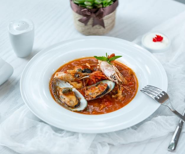 Sopa de mariscos en la mesa Foto gratis