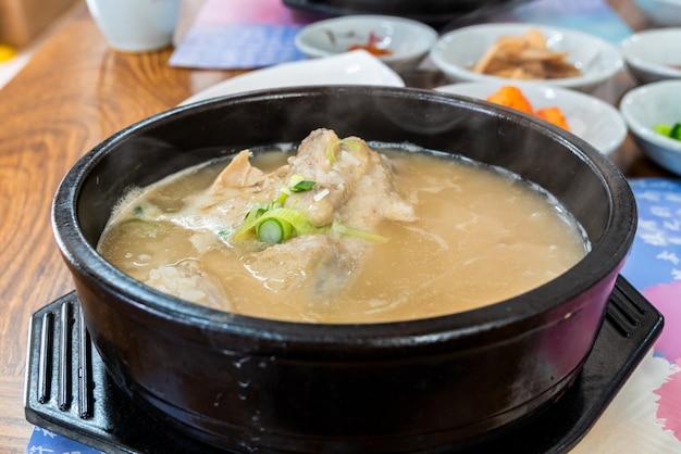 Sopa de pollo samgyetang ginseng. comida coreana. Foto Premium