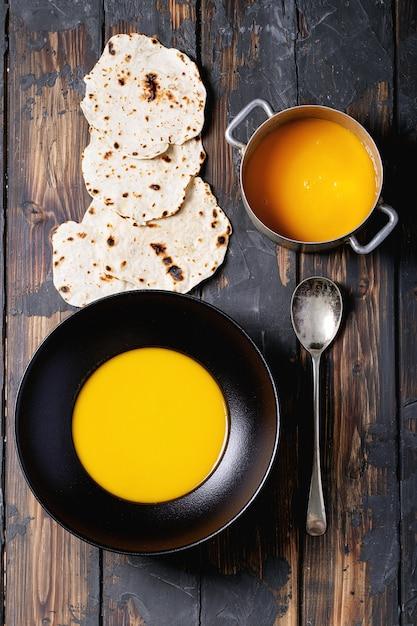 Sopa de puré de calabaza casera Foto Premium