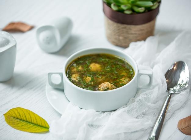 Sopa verde con albóndigas de carne Foto gratis
