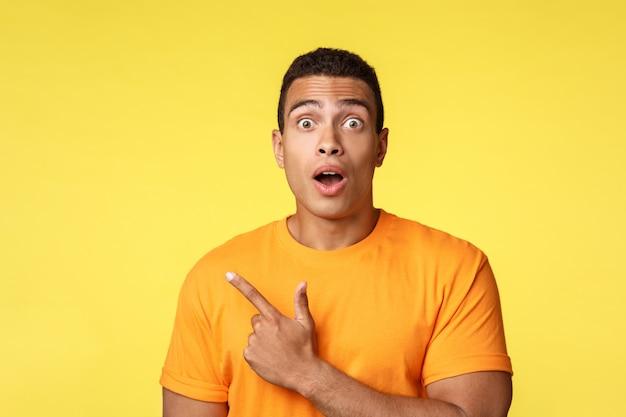 Sorprendido, abrumado chico guapo joven en camiseta Foto Premium