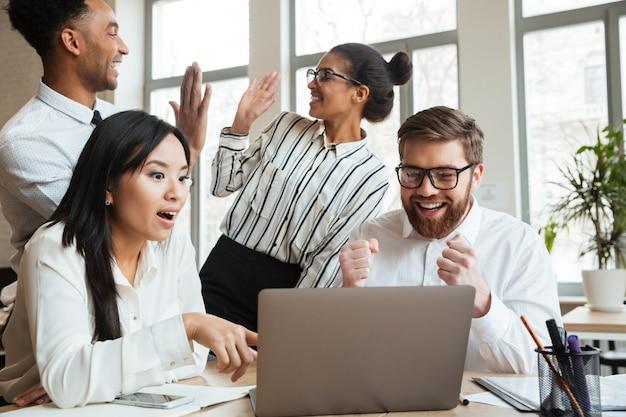 Sorprendido gritando jóvenes colegas de negocios Foto gratis