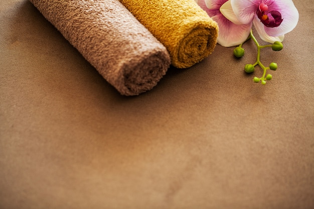 Spa de chocolate. composición toalla marrón en habitación de hotel de tratamiento de spa Foto Premium