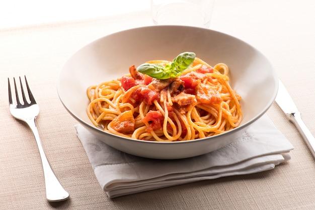 Spaghetti all 'amatriciana de la región del lacio Foto Premium
