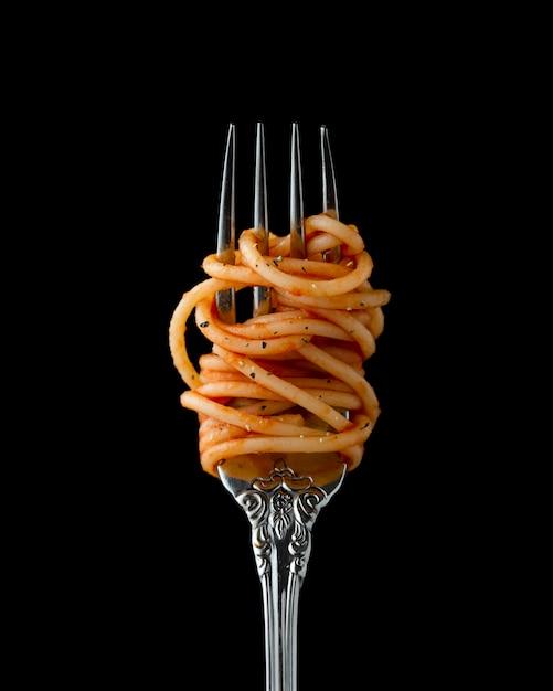 Spaghetti enrollado en un tenedor, primer plano Foto gratis
