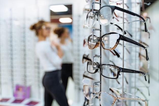 Stand con gafas en tienda de óptica Foto Premium
