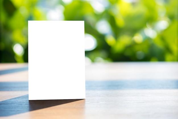 Stand mock up tarjeta de tienda de marco de menú borrosa diseño visual clave de diseño de fondo. Foto Premium