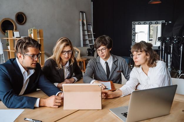 Startup diversidad trabajo en equipo lluvia de ideas Foto gratis