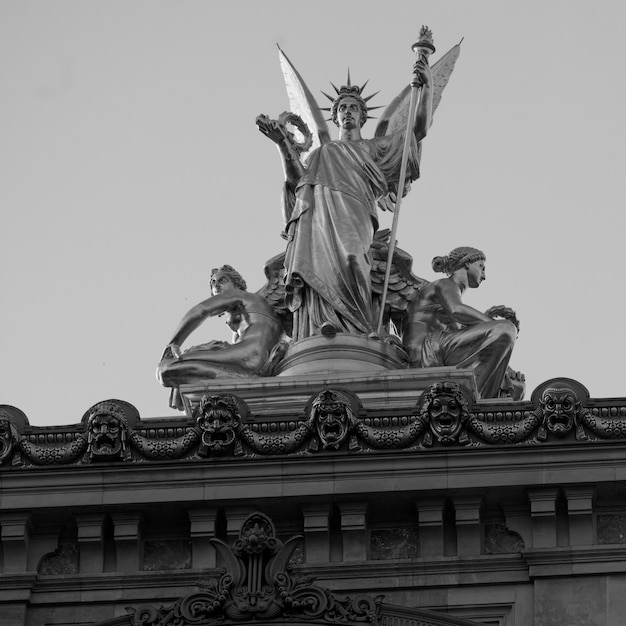 Staute en palais garnier en parís francia Foto Premium