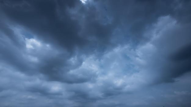Strom y cielo nuboso lluvioso Foto Premium