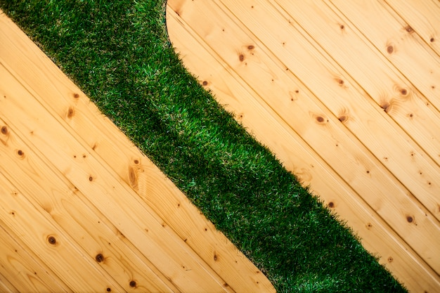 Suelo de madera con césped Foto gratis