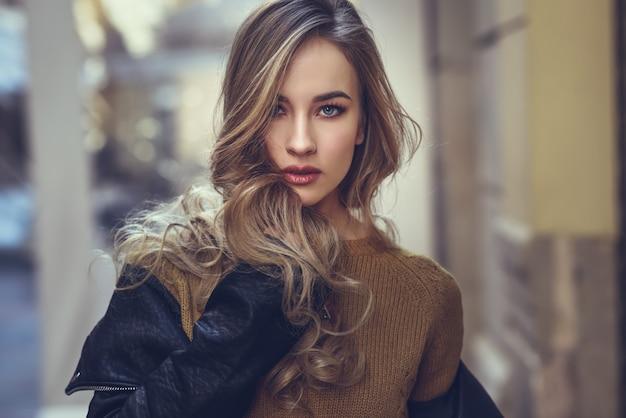 Suéter de la mujer adulta bastante moderna Foto gratis