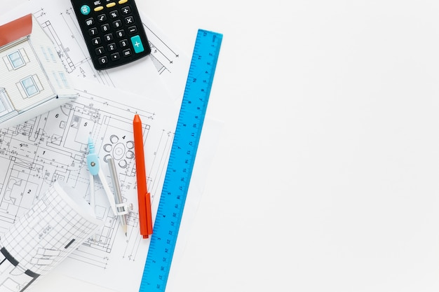 Suministros de arquitectura con calculadora en escritorio blanco Foto gratis
