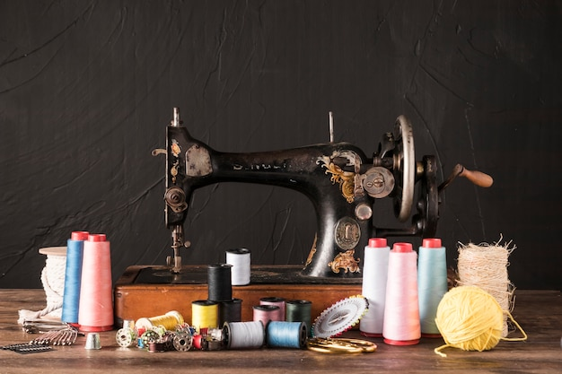 Suministros de costura cerca de la máquina retro Foto gratis