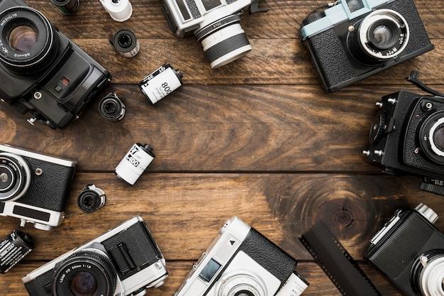 Suministros de fotografía en la mesa de madera Foto gratis