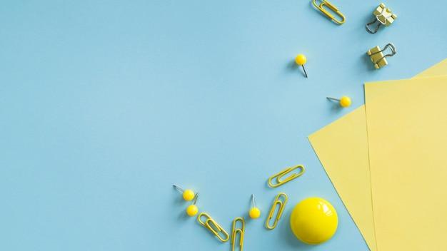 Suministros de oficina de color amarillo en el escritorio Foto gratis