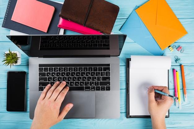 Suministros de oficina coloridos con laptop Foto gratis
