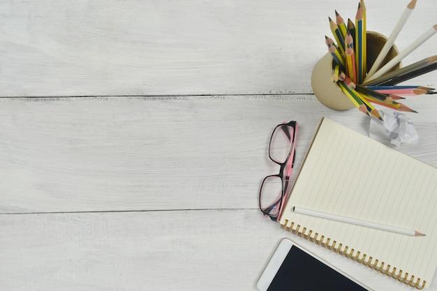 Suministros de oficina en mesa de madera blanca Foto Premium