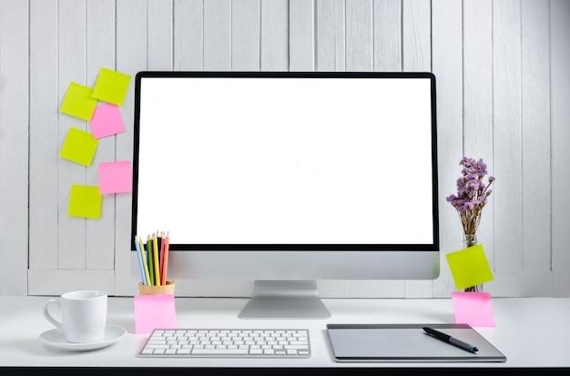Superficie de trabajo para diseñadores con pantalla blanca en blanco moderna computadora de escritorio. Foto Premium
