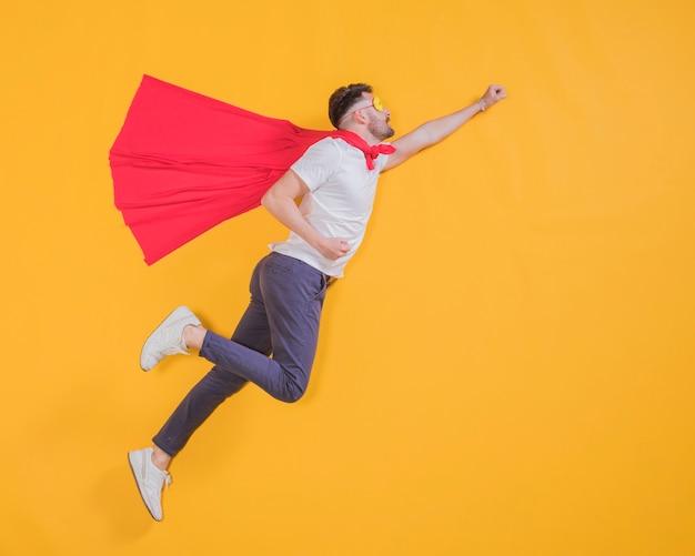 Superhéroe volando por el cielo Foto gratis