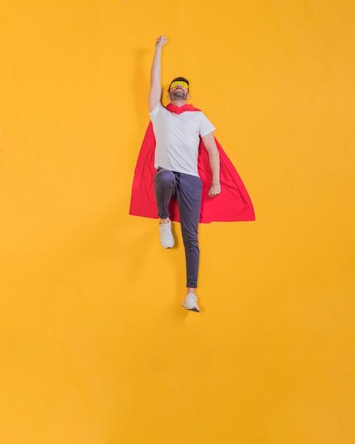 Superhéroe volando por el cielo Foto Premium