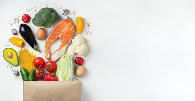 Supermercado. bolsa de papel llena de comida sana. Foto Premium