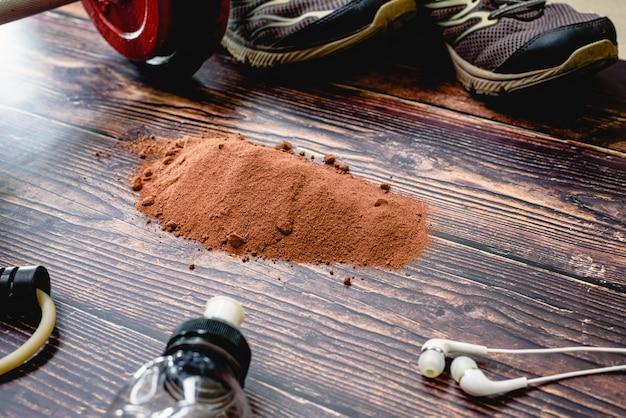 Suplemento deportivo a base de suero, proteínas y carbohidratos con sabor a cacao. Foto Premium