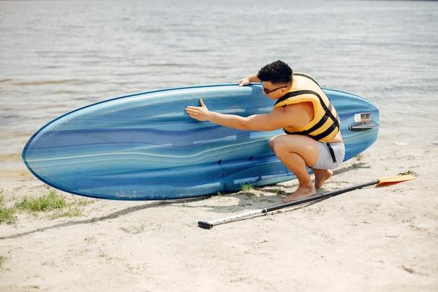 Surfista en una playa de verano Foto gratis