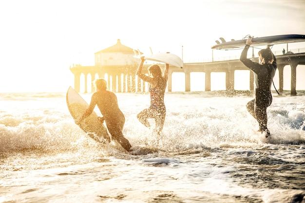 Surfistas Foto Premium