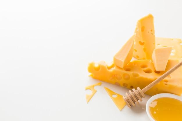 Surtido de ángulo alto de queso y miel con espacio de copia Foto gratis