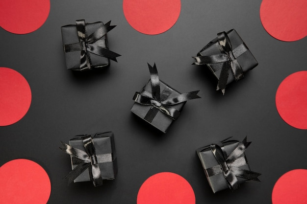 Surtido de black friday con regalos negros Foto gratis