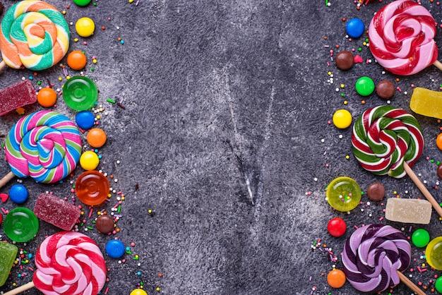 Surtido de caramelos de colores y piruletas. Foto Premium