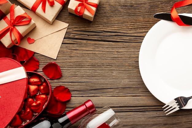 Surtido de cena del día de san valentín con plato vacío Foto gratis