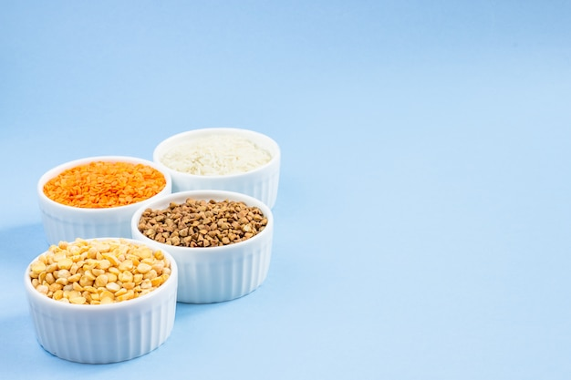 Surtido de cereales diferentes en azul Foto Premium