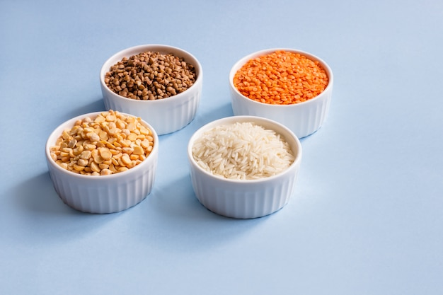 Surtido de cereales diferentes. Foto Premium