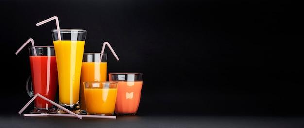 Surtido de cócteles cítricos en negro con espacio de copia Foto Premium