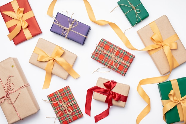 Surtido de coloridos regalos de navidad con cinta Foto Premium