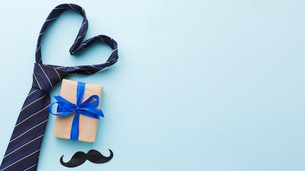 Surtido del día del padre con corbata y regalo Foto Premium