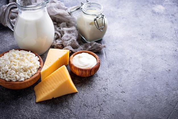 Surtido de diversos productos lácteos. Foto Premium