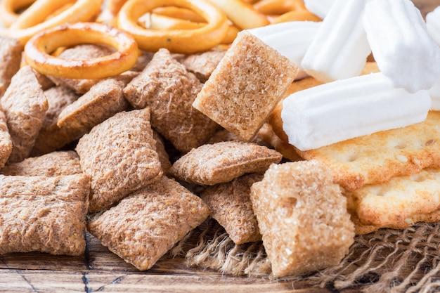 Surtido de golosinas de cereales, galletas de malvavisco Foto Premium