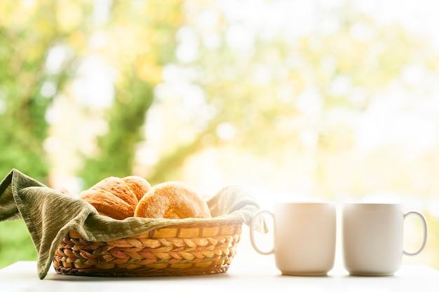 Surtido de hojaldre con café. Foto gratis