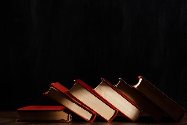 Surtido de libros con fondo oscuro Foto gratis