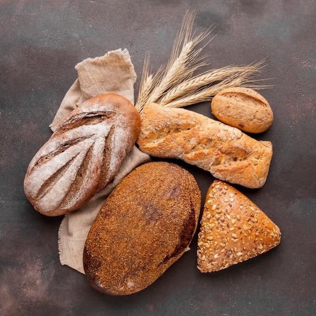 Surtido de pan con tela de yute Foto gratis