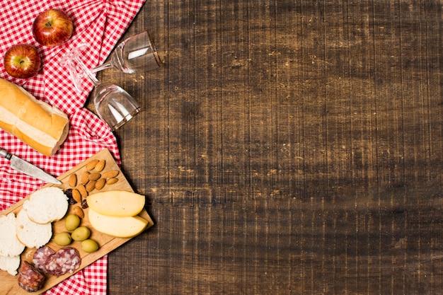 Surtido de picnic sobre fondo de madera con espacio de copia Foto gratis